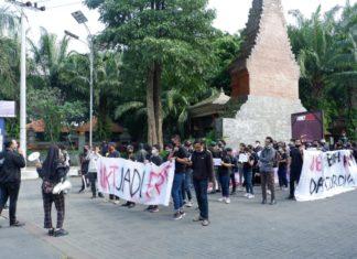 Puluhan mahasiswa Universitas Brawijaya (UB) yang tergabung dalam Aliansi Mahasiswa Resah (Amarah) Brawijaya menggelar aksi menuntut penurunan Uang Kuliah Tunggal (UKT) dan Transparansi Keuangan Kampus Selama Masa Pandemi (Sumber Foto: Noval)