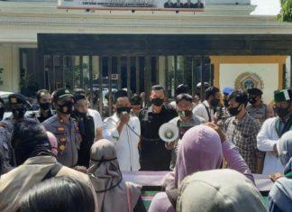 HMI Gelar aksi di depan DPRD Gresik