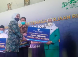 Menteri Ketenagakerjaan RI, Ida Fauziyah saat melakukan kunjungan di Kantor Pengurus Cabang Nahdlatul Ulama (PCNU) Kabupaten Mojokerto, dalam rangka penyerahan bantuan Kementrian Ketenagakerjaan Republik Indonesia (RI), pada Sabtu (04/07/2020).