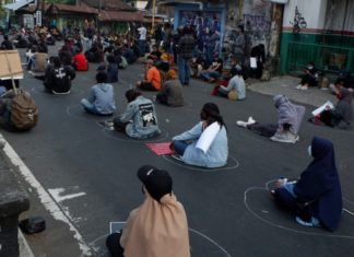 Sejumlah mahasiswa dan element masyarakat yang tergabung dalam Aliansi Rakyat Bergerak (ARB) menggelar aksi demonstrasi gagalkan RUU Omnibus Law Cipta Kerja (Foto: Kumparan.com)