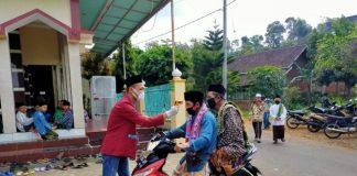 Mahasiswa PMM UMM Malang Adakan Cek Suhu Tubuh Jamaah Sholat Jumat Masjid Ar-Rochman. (Beritabaru.co/ Riska Indah Safitri)