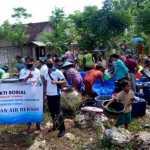 Foto: Saat Warga Dusun Timangboro Desa Grabagan Antri Pengambilan Air Bersih