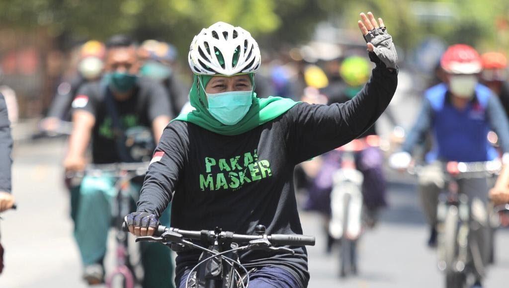 Gubernur Khofifah Gowes di Situbondo dengan outfit sarung sambil kampanye potokol kesehatan. (Foto: Istimewa)