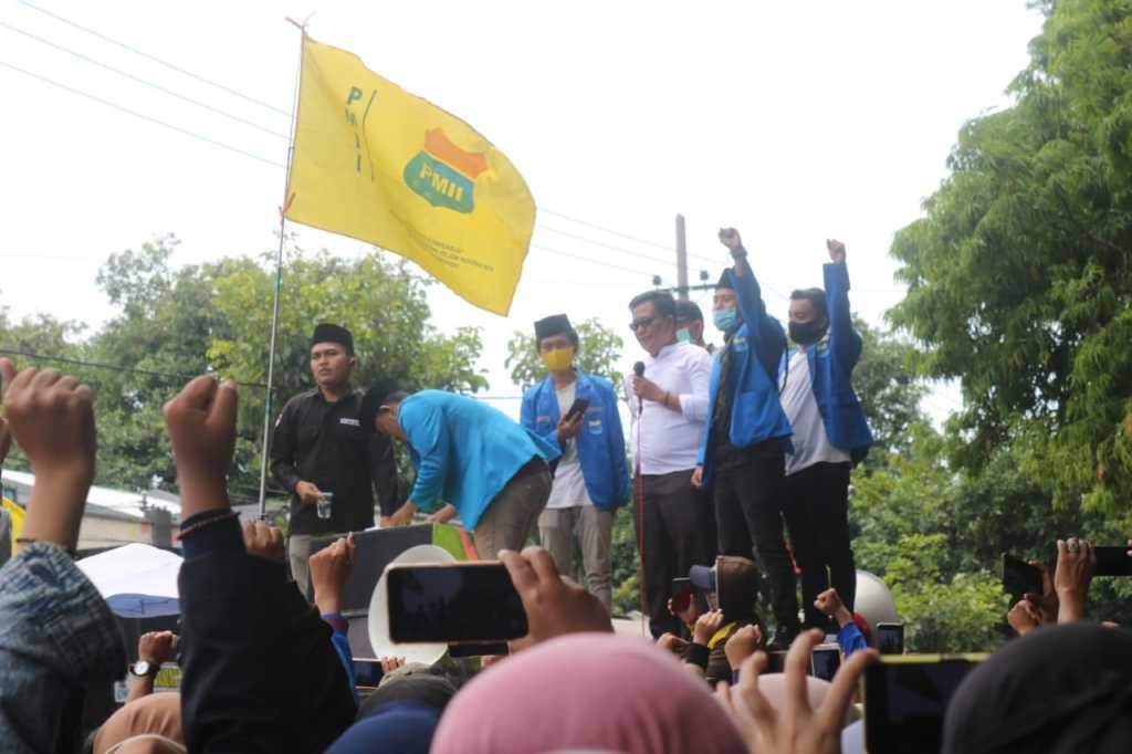 Aliansi Mahasiswa Situbondo menggelar aksi tolak UU Cipta Kerja. (Foto: Beritabaru.co/Zuhri)