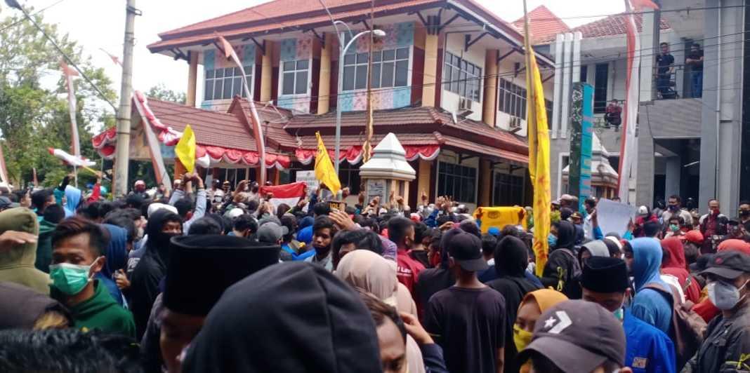 Aliansi Mahasiswa Situbondo menggelar aksi tolak UU Cipta Kerja. (Foto: Beritabaru.co/ Zuhri)