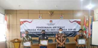 penyerahan sertifikat dipandu langsung oleh Komisioner Divisi SDM dan Parmas KPU Gresik Makmun.