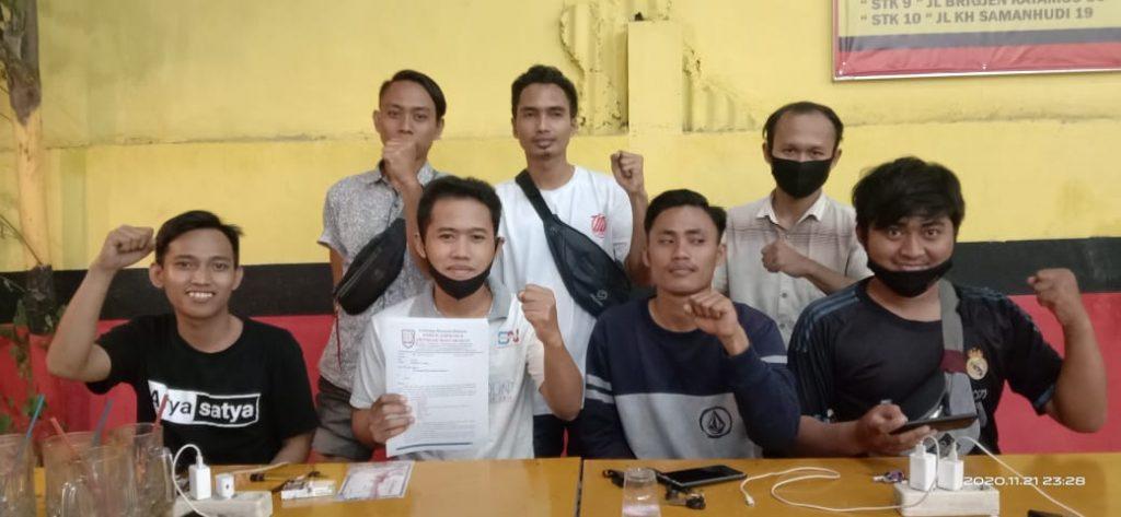 Nor Kholis (tengah megang berkas) bersama dengan Forum Mahasiswa Jatim saat jumpa Pers kemarin