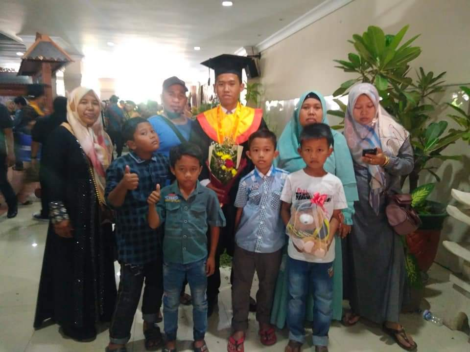 Saat Nor Kholis foto bersama keluarga setelah acara Wisuda Universitas Wijaya Kusuma Surabaya tahun 2018. (Foto: Istimewa)