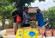 Penyaluran Sembako Untuk Korban Banjir Grenden (Foto: Nur Iksan)