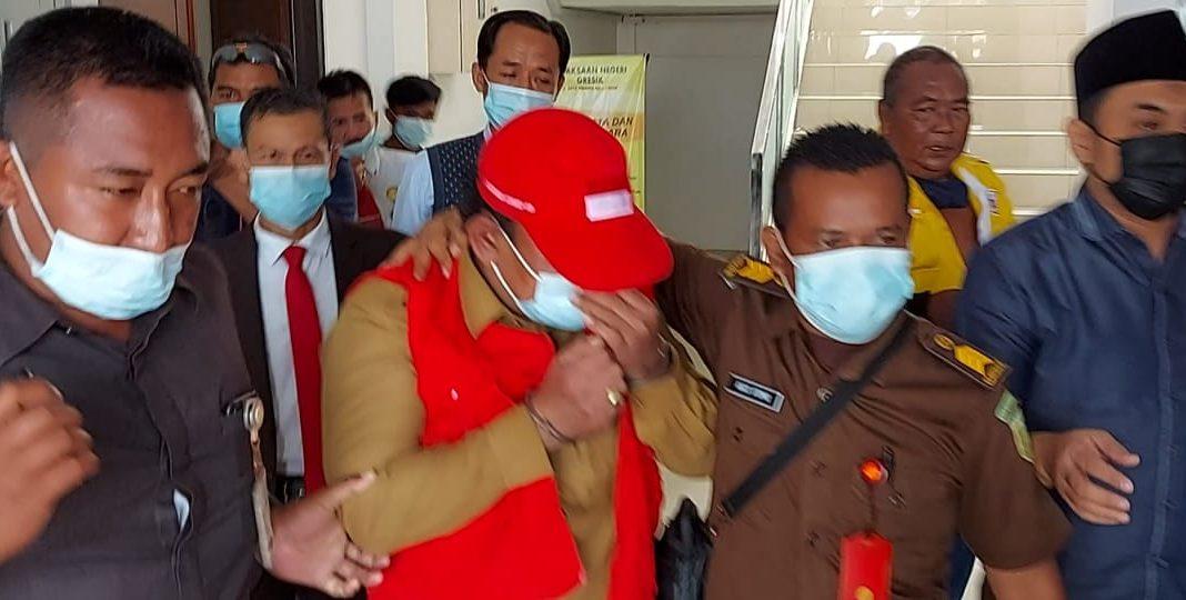 Kejaksaan negeri (Kejari) Gresik akhirnya menahan Camat Duduksampeyan Suropadi di Lapas Kelas II Banjarsari Kecamatan Cerme, Senin (15/2).