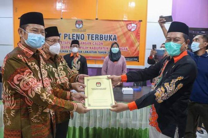 pasanagan Yuhronur Effendi Abdul Rouf sebagai pasangan calon terpilih hadir dan menerima surat keputusan KPU Lamongan tentang penetapan calon terpilih