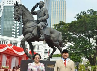 Presiden Ke-5 RI Megawati Soekarnoputri dan Menteri Pertahanan RI Prabowo Subianto meresmikan patung Soekarno di Kantor Kementerian Pertahanan. Foto: Kemhan RI